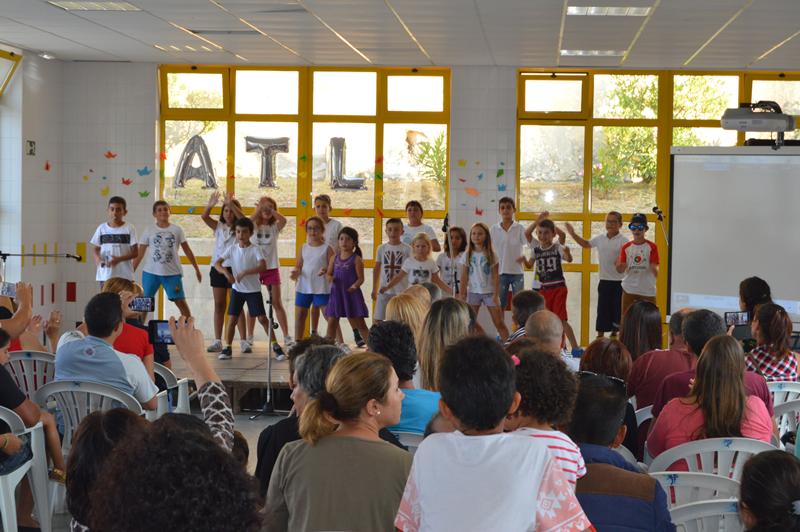As crianças proporcionaram cenas teatrais, danças e até canções aos pais