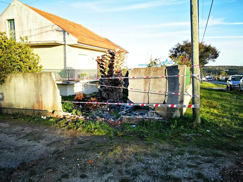 Muro de vivenda ficou destruído (foto Mariana Martinho)
