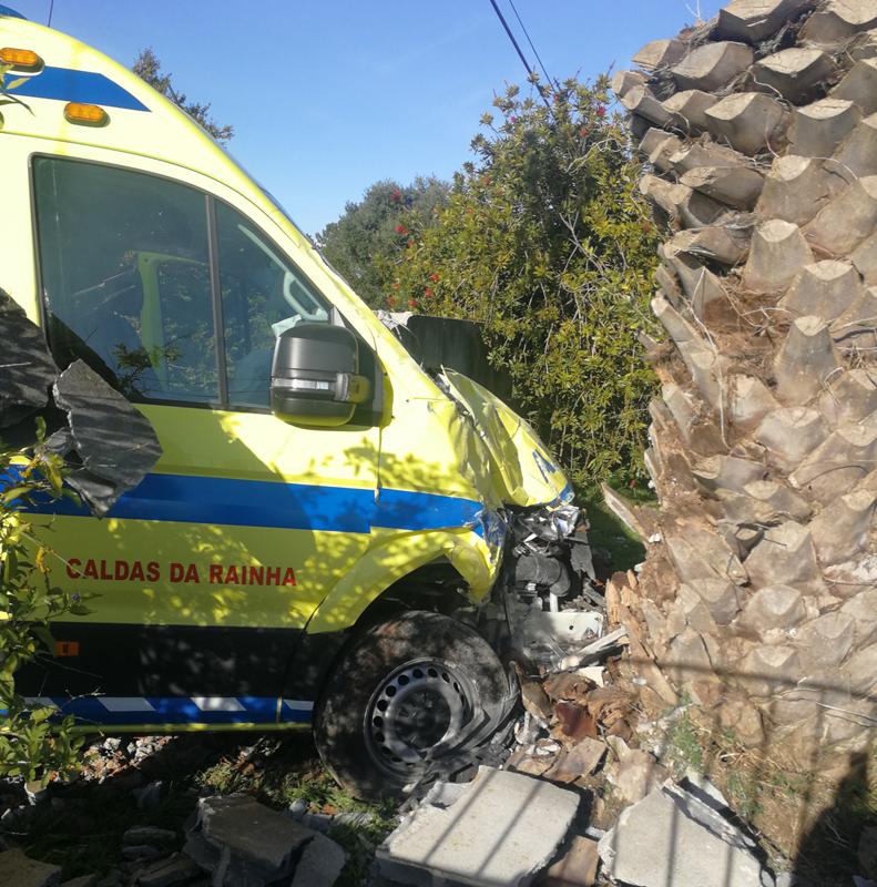 Ambulância bateu ainda em muro de casa