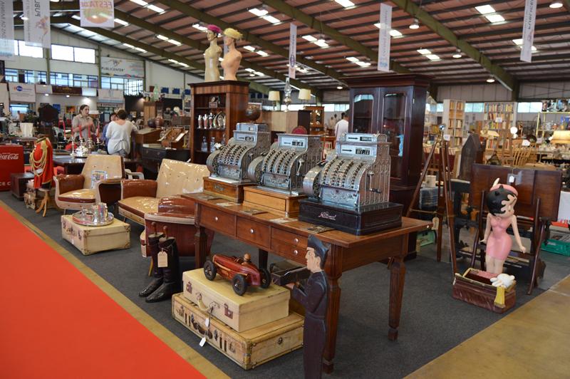 """Entre os móveis, os objetos decorativos, os livros e as """"pasteleiras"""", constavam algumas peças de colecionismo"""