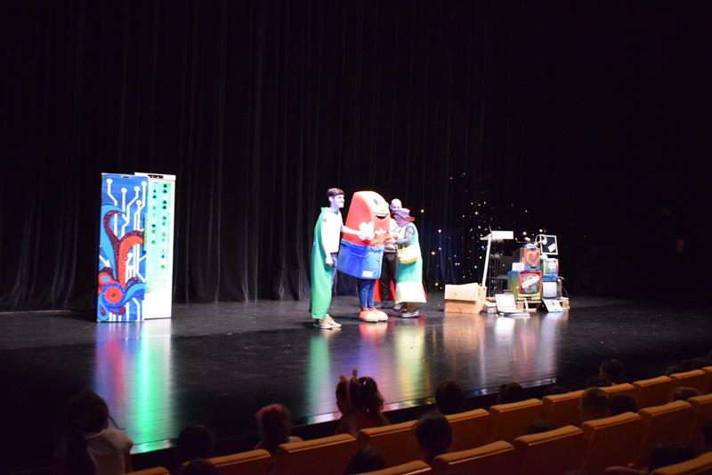 """Os estudantes assistiram à apresentação teatral """"Planeta em Transformação"""""""