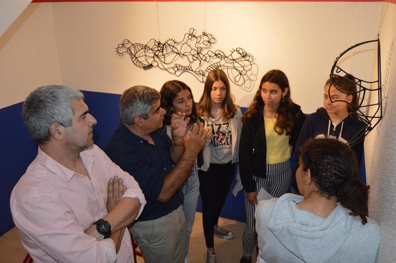 O artista fez uma visita guiada pelas suas esculturas, ao mesmo tempo que explicava as técnicas utilizadas