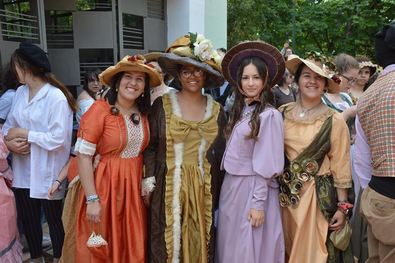 Figurantes desfilaram com trajes da época