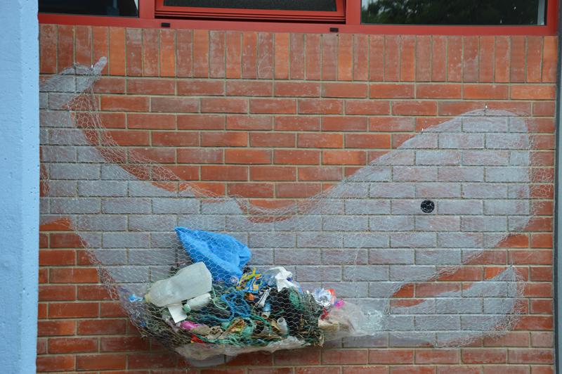 """""""Baleia Cachalote"""" com lixo marinho que os alunos recolheram na Lagoa"""