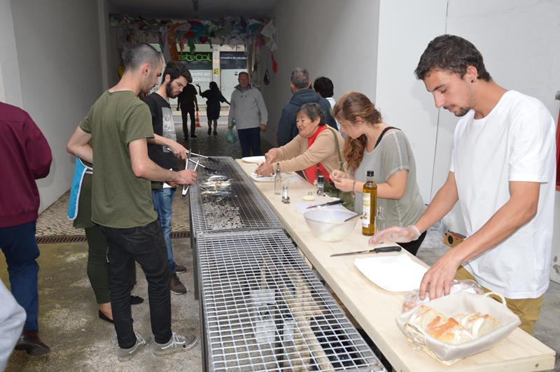 Cozinha da sardinha assada servida no pão