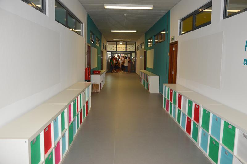 O antigo corredor do ensino secundário transformado em espaço para o 1º ciclo