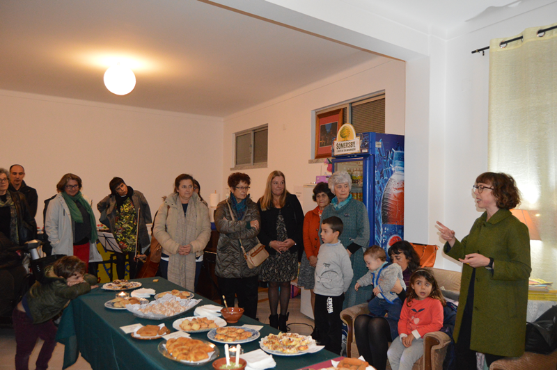 Momento da inauguração da biblioteca na sede da Associação de Moradores e Amigos do Bairro Azul