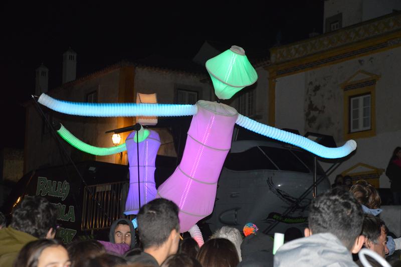Atuação dos Big Dancers, num espetáculo de marionetas gigantes, música e luzes
