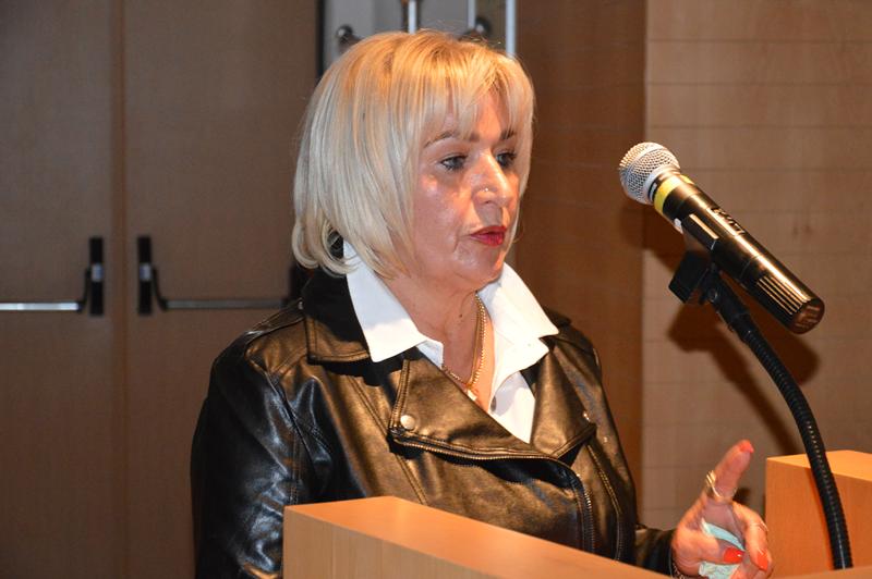 A munícipe Alcina Lopes queixou-se da falta de limpeza junto ao seu apartamento, em Santo Onofre