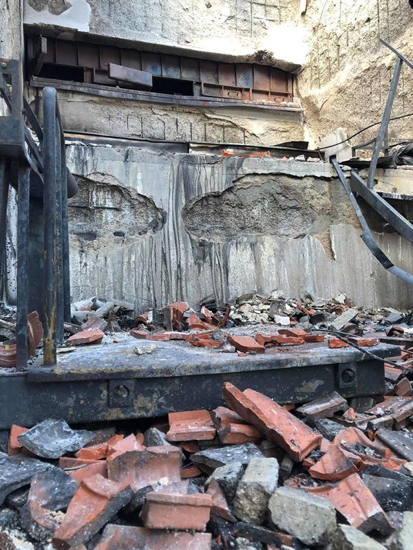 Estrutura edificada que serve de queimador de velas apresenta grandes danos