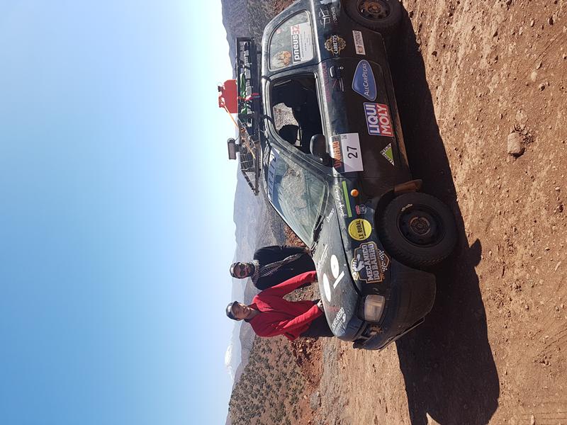 Para a viagem adquiriram um Nissan Micra K11 1, com mais de 20 anos