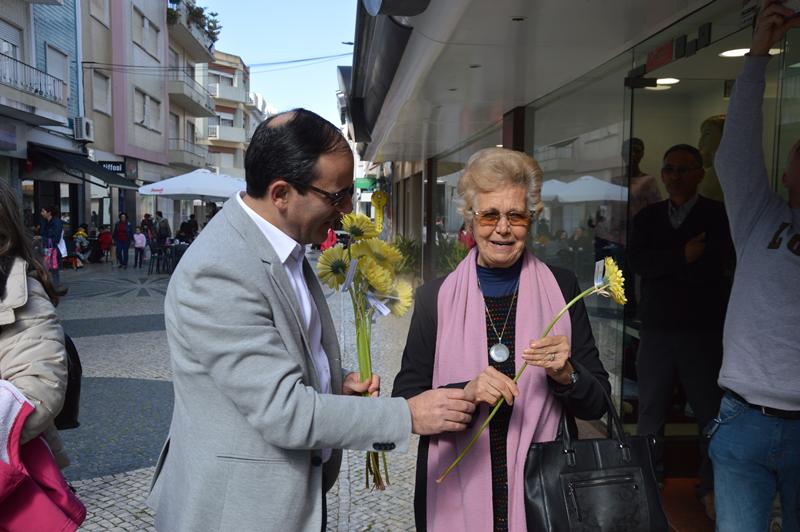 Entrega de 300 flores com mensagens dos alunos da USRDL