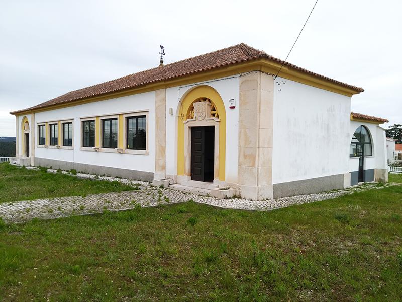 A sede da APAR situa-se na antiga escola primária na Moita, nas Caldas da Rainha