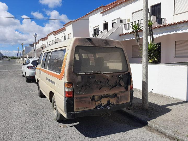 O outro veículo sofreu danos na traseira (foto Peniche Capital da Onda)