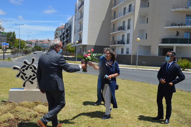 Isabel Puga, nova presidente do Rotary Clube das Caldas, recebe um ramo de flores