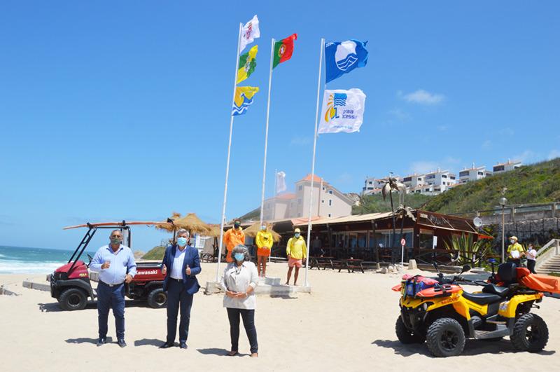 Os autarcas assistiram ao içar da bandeira no mar