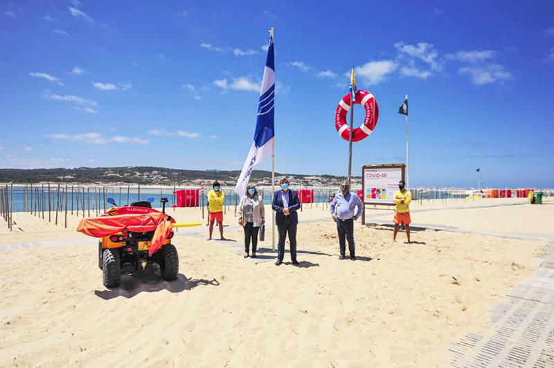 Bandeira Azul hasteada na praia da Lagoa