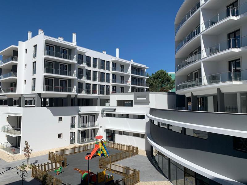 O novo empreendimento urbano possui 73 habitações, jardins, piscina e outras lojas e serviços