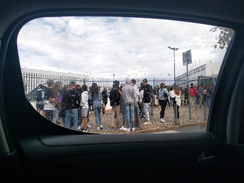 Na Escola Secundária Rafael Bordalo Pinheiro houve concentrações de alunos à porta