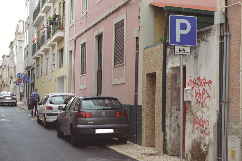 As ruas têm a sinalética de permissão para estacionar com a roda em cima do passeio