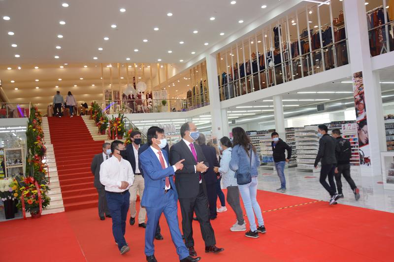 A nova loja chinesa ocupa o rés-do-chão e 1º andar do edifício