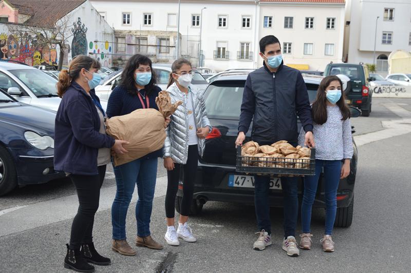 Emanuel Chamusco e as filhas entregaram bifanas no hospital