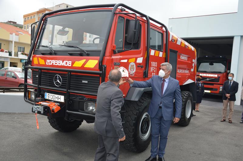 O presidente da Câmara e o presidente da direção dos bombeiros inauguram viatura
