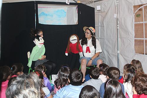 Alunos da ETEO contaram histórias com fantoches aos mais pequenos