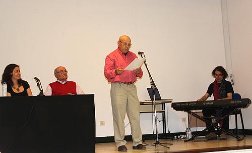 Aluno da universidade sénior a recitar um dos poemas de Jaime Costa