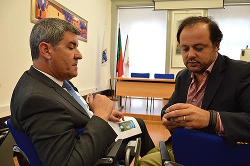 Tinta Ferreira e Hugo Oliveira a acederem à aplicação no smartphone