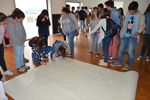 Os alunos escreveram as propostas que têm para a nova escola