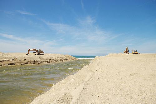 Houve em simultâneo uma intervenção de emergência para aprofundar o canal entre a lagoa e o mar
