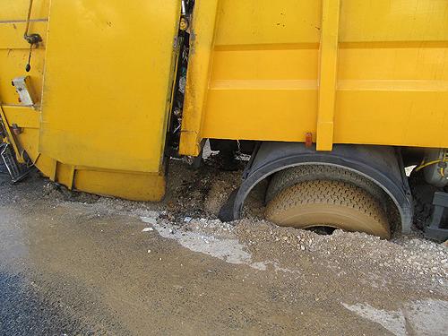 Estrada abateu com peso do camião, depois do terreno ter amolecido com água na via