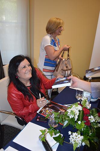 Autora autografou os livros
