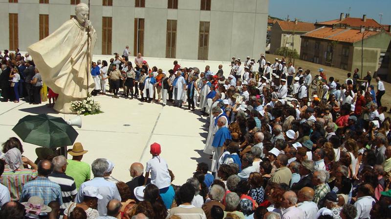 Artista caldense criou escultura do Papa João Paulo II que está na praça/adro da Igreja de São Joaquim e Santana