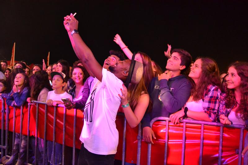 Vocalista dos HMB a tirar selfies com o público