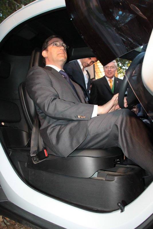 Passos Coelho a experimentar um veículo elétrico