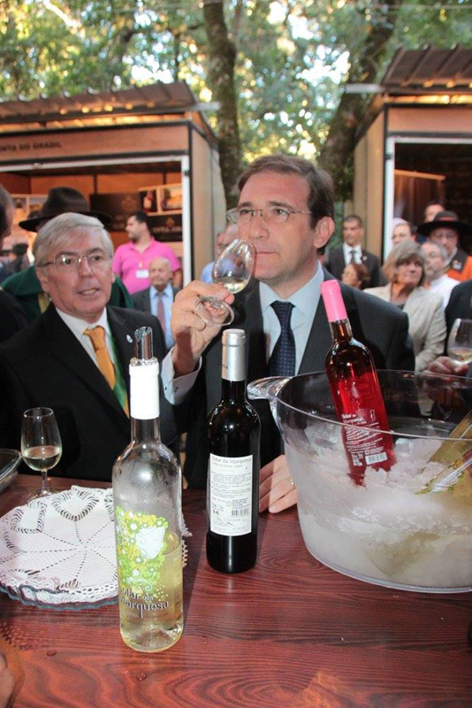 O Primeiro-Ministro provou vários vinhos