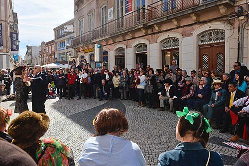 """Teatro """"O Baile"""" dinamizado pelos alunos da Universidade Sénior na Rua Miguel Bombarda"""
