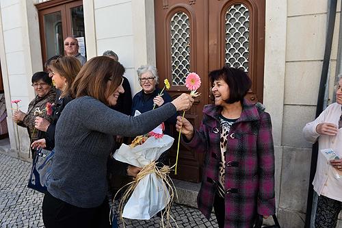 """O """"Dia Internacional da Mulher"""" foi celebrado com a distribuição de flores pelas ruas"""