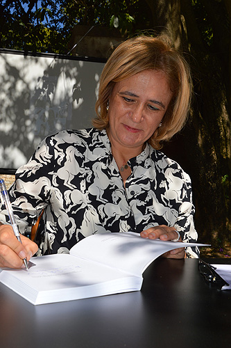 A autora foi solicitada para autografar o livro
