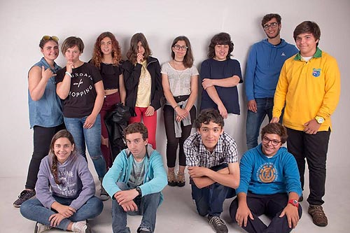 Bruno Prates e o grupo de jovens que pintaram a parede do centro