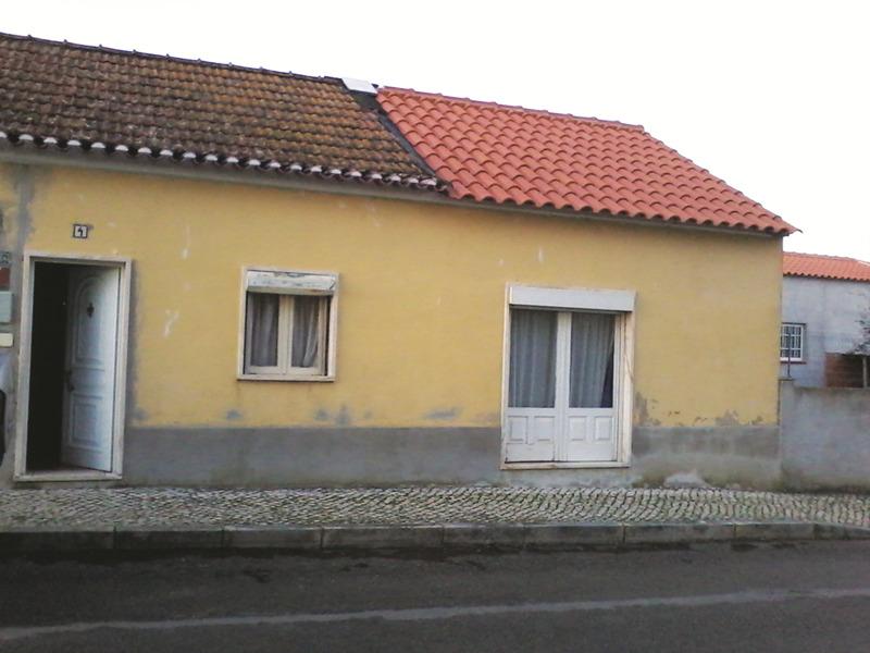 Casa onde vive, no Arelho, precisa de obras
