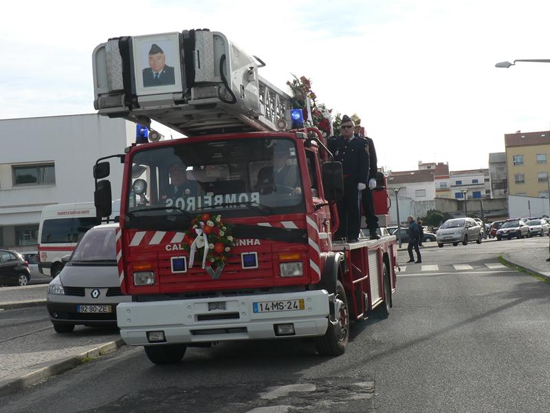 Urna foi levada numa viatura dos bombeiros
