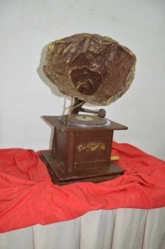 Gramofone executado na Escola de Hotelaria e Turismo do Oeste