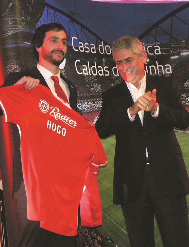 Ao presidente da Casa do Benfica das Caldas da Rainha, Hugo Feliciano, foi oferecida uma camisola do clube com o seu nome