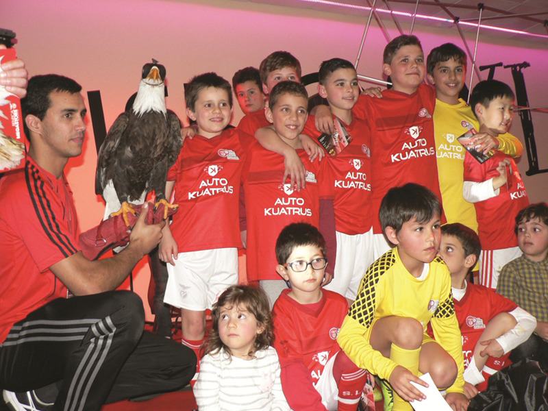 A águia Vitória com jovens atletas benfiquistas