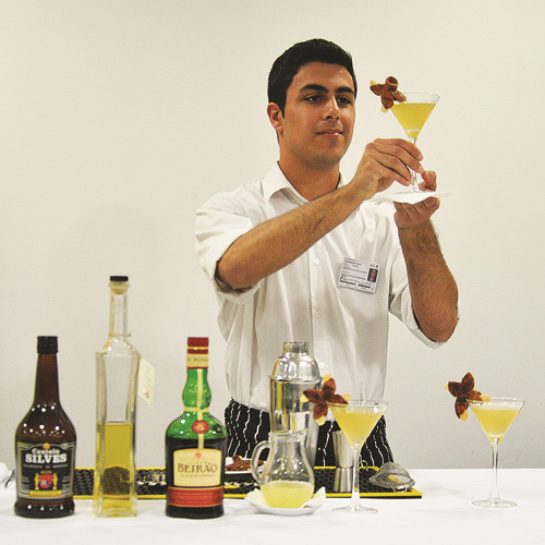 Os alunos de bar embelezaram os cocktails
